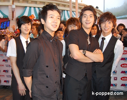 suju shiwon is surprised red carpet