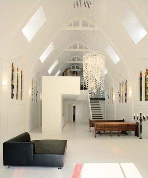 2730956157 06e8710e6a o Quando uma capela se transforma em apartamento