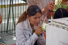 Rezando (Ferryfb) Tags: viaje real asia bangkok praying tailandia verano 2008 palacio incienso rezando flordeloto