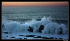 Oleaje en La Arna (heegle) Tags: sunset espaa canon atardecer mar spain waves oleaje paisaje otoo olas cantabria globalvillage oceano cantabrico justonelook flickrstars 450d flickrhearts platinumheartaward 1855mmis laarnia oletusfotos monkeyawards heegle