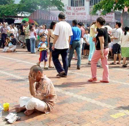 Wesak Day @ Buddhist Maha Vihara, Brickfields 2005 - 22 beggar