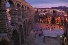 Segovia (loThings) Tags: plaza noche edificios gente segovia acueducto construccin farolas antiguo escaleras montaas acueductodesegovia nikond40 goldstaraward