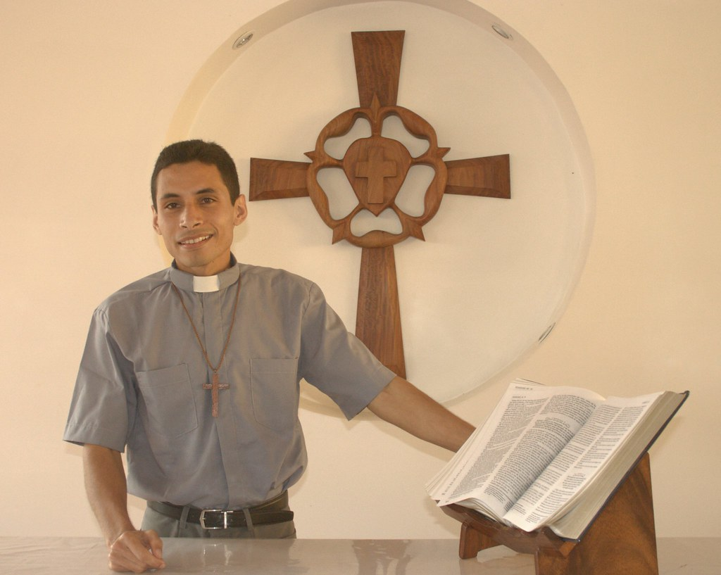 Miguelángel at the altar