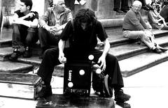 Uguaglianza [le palline] (Aspirante Nomade [AnaLilith]) Tags: blackwhite italia arte musica bologna piazza maggiore soe biancoenero gaber giocoleria artistidistrada uguaglianza sulrazzismo lepalline mcb19r1