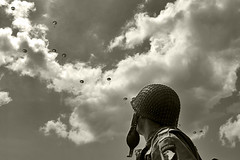 (Bernard Schul) Tags: war wwii overlord ww2 tribute airborne normandy dday reenactor commemoration reenacting jourj thelongestday dbarquement saintemreeglise thenormandylandings rencontresphotographiquesdartlon2010 bernardschul reenactmentunprsentautempspass