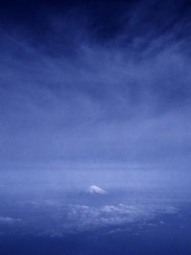 上空から富士を眺む