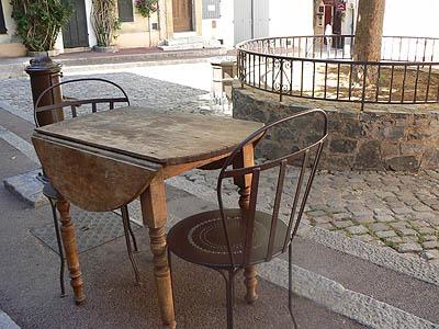 table et deux chaises saint trop.jpg
