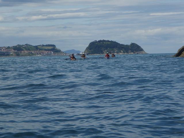 Pasando el paso entre el islote de Mollari y las rocas. Getaria al fondo.