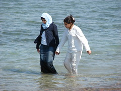 Paseo Marino (Marco Di Fabio) Tags: ladies girls red sea marina mar rojo marine mare gulf camino walk redsea hijab jordan paseo arabe chicas arabian niqab rosso mujeres marino aqaba golfo gulfofaqaba passeggiata ragazze burka chador giordania camminata marrosso sfidephotoamatori golfodiaqaba