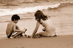 Hermanos... (Lalo Guzmn) Tags: chile people beach playa personas soe lascruces