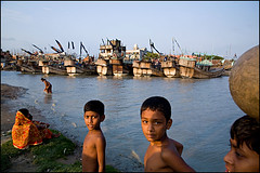kids and boats - Chittagong (Maciej Dakowicz) Tags: city travel tourism water river children boat asia view bangladesh sadarghat chittagong fds24h