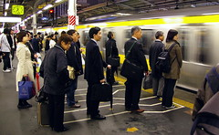 Esperant ordenadament / Waiting in line (SBA73) Tags: people station japan train tren japanese tokyo order cola ueno jr queue wait nippon  nihon kanto estacin rodalies linea japoneses jap estaci orden tokio cua cercanias ferrocarril japn esperar ordre persones japonesos