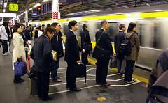 Esperant ordenadament / Waiting in line (SBA73) Tags: people station japan train tren japanese tokyo order cola ueno jr queue wait nippon 東京 nihon kanto estación rodalies linea japoneses japó estació orden tokio cua cercanias ferrocarril japón esperar ordre persones japonesos