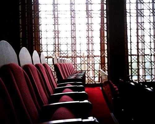 【写真】VQ1005で撮影した講堂の椅子