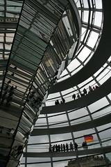 The spiral road to the top of the Reichstag Dome (wodi) Tags: reflection berlin canon germany de deutschland mirror cloudy sightseeing mirrors reichstag april 2008 kwiecie wycieczka wycieczki famousplaces niemcy zwiedzanie 400d eos400d