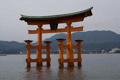 O-Torii in Miyajima (IzuenGordelekua) Tags: japan shrine miyajima cc creativecommons nippon shinto torii nihon santuario itsukushima japn japonia santutegia shint byncsa sintoismo tor