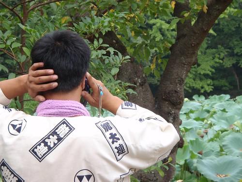 Monje hablando por el móvil