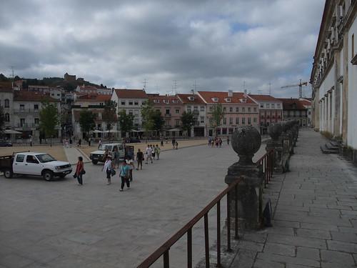 A praça em frente ao mosteiro é agradável
