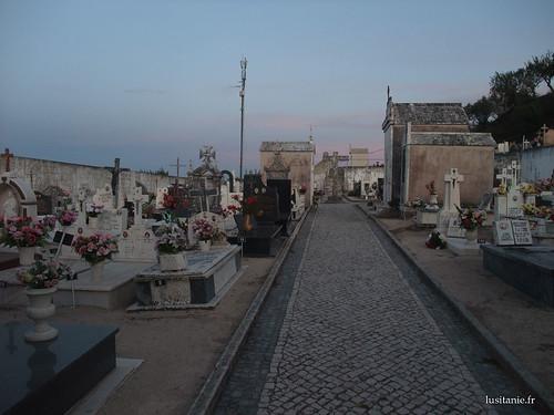 O cemitério com as suas antenas de télémóveis