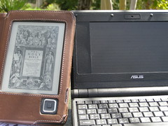 Bookeen Cybook and Asus Eee in the sun