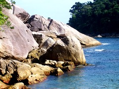Caxadao - Ilha Grande (Betharsenio) Tags: sea brazil beach brasil riodejaneiro mar ilhagrande pedras caxadao salveanatureza