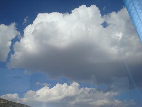 gökyüzünde yalnız gezen bulutlar