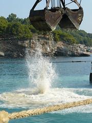 Στα νησια μπαζωνουν τη θαλασσα!!!!!!!!!