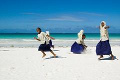 Zanzibar2008-3 (paolozolla) Tags: bambini hijab zanzibar spiaggia