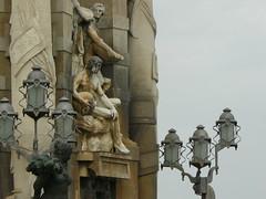 I tre mari (Surreale) Tags: barcelona statue espanha mare down catalunya soir lampioni barcellona spagna sera espagna catalogna marmo settembre2008