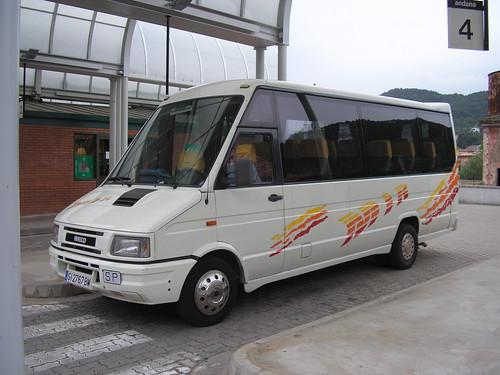 Autocar Iveco a l'estació de busos de Ripoll (Girona)