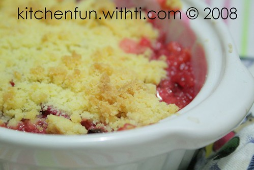 Rhubarb and vanilla crumble