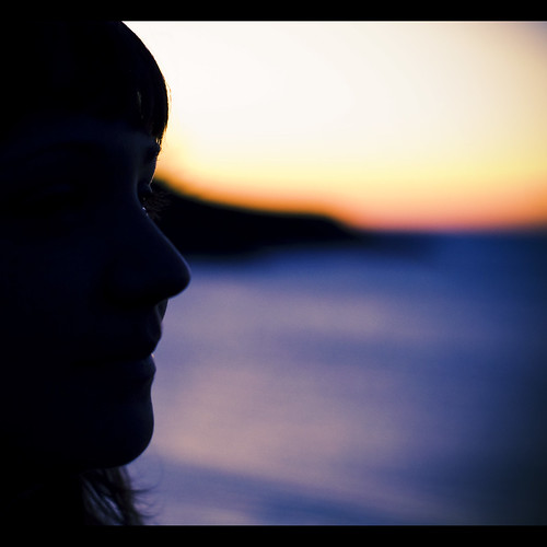 Una chica contempla el atardecer en Chanteiro, A Coruña (Galicia)
