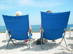 Dos turistas en la playa