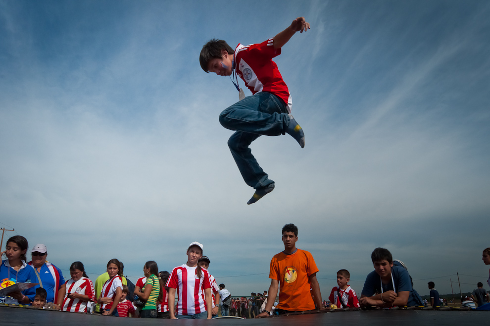 Niños se divierten en una cama elastica en el Festrival Yvy Marane'y llevado a cabo en el predio de la Fuerza Aérea Paraguaya (Elton Núñez - Asunción, Paraguay)