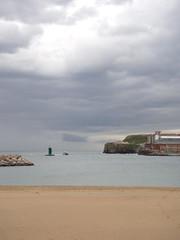 Entrando a puerto. Xixn. Asturies. (Luis Argelles) Tags: sea beach port faro puerto mar photo nikon asturias playa coolpix gijon fare xixon asturies cantabrico balice baliza cantabric semeya