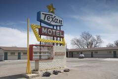 Texan Motel (Curtis Gregory Perry) Tags: new light usa newmexico southwest luz sign america mexico licht us neon raton lumire united motel aviso land states enchantment luce muestra texan signe sinal  zeichen  non segno nen       teken  landofenchantment  motell              motelli  motelis