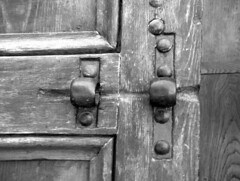 Imposta (alfiererosso) Tags: door detail blancoynegro blackwhite oak puerta madera bn porta oldfashion tor holz viejo legno vecchio dettaglio serratura doorlock imposta