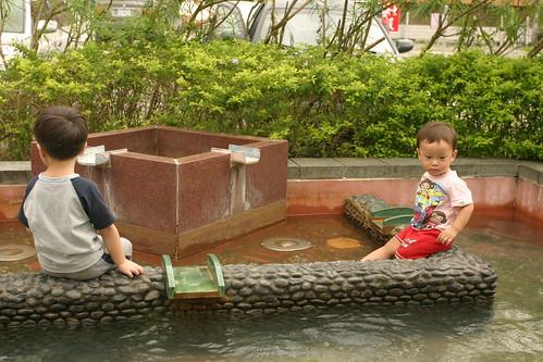你拍攝的 湯圍溝公園:兄弟泡腳。
