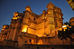 City Palace at Dusk, Udaipur India (Laura Dunn-Mark) Tags: travel light sunset india sundown dusk palace illuminated lit residence 2008 rajasthan udaipur citypalace maharaja lauradunnmark