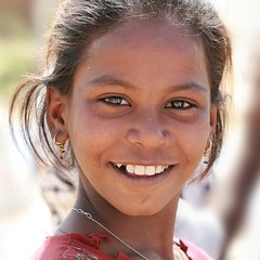 Gujarat - Inde (jmboyer) Tags: voyage travel portrait people india tourism colors face portraits canon photography photo eyes asia flickr colours faces photos expression couleurs picture tribal viajes lonely asie monde ethnic minority couleur gujarat tourisme visage inde reportage nationalgeographic  minorities travelphotography googleimage  go indiatourism colorsofindia incredibleindia indedunord indedusud canonfrance earthasia jmboyer northemindia img4211dxo