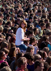 Parkpop 2008 - The girl in the crowd (Haags Uitburo) Tags: portrait music holland public netherlands festival canon geotagged photography photo concert europa europe foto audience events kultur den picture nederland festivals culture portrt personality pop 100mm explore event zomer muziek gratis concerts f2 20 haag portret 2008 paysbas thehague laia olanda haya cultuur niederlande publikum the sfeer zuiderpark publiek parkpop sfeervol uitgaan lahaye opvallen haags i500 muziekfestival 40d uitburo uitstraling nederlandvandaag canonnl lastfm:event=458506 geo:lat=52058873 geo:lon=4283487 beeldenaarsnet