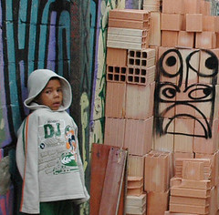 Favela da Mimosa / Vale das Virtudes - Campo Limpo, So Paulo - Brasil. Ano 7. (------MUNDANO) Tags: brazil brick brasil graffiti kid construction child paolo criana paulo sao favela so brsil tijolo grafite saopaolo construo