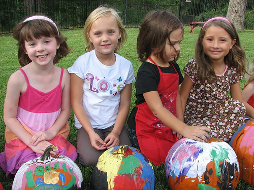 Fun and easy ideas for hosting a Halloween Pumpkin Painting party for kids! Free Printable Invitations. LivingLocurto.com