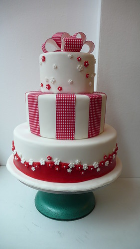 1950s red and white wedding cake