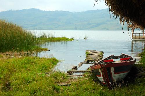 Bote a las orillas del lago Pomacochas