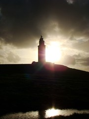Gigante a contraluz (oki_place) Tags: light shadow sun lighthouse storm tower luz sol water contraluz faro agua torre roman sombra romano tormenta silueta hercules temporal backlighting torredehercules towerofhercules ilhouettes