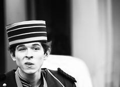 tonto, de esos que cuando se suben a la calesita se pierden (quino para los amigos) Tags: usa man hat orlando dumb elevator disney stupid sombrero tonto ascensor hombre dumber boludo maletero notocabotón boludin