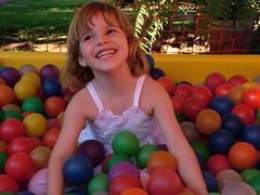 Criança feliz (DeniSomera) Tags: criança menina colorido piscinadebolinhas