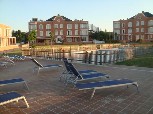 Vista de la piscina y los jardines del hotel Eurostar Zarzuela Park, con dos de los tres edificios al fondo.