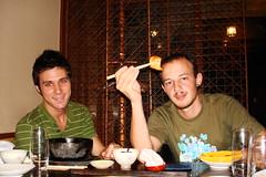 Biel i Xavi, degustant